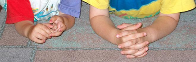 Zwei Paar Kinderhände